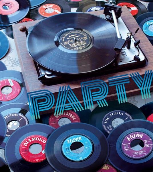 Ein alter Plattenspieler und viele Vinyl Platten