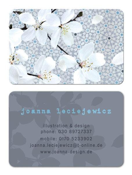 Eine Visitenkarte mit weißen Blumen und grauem Hintergrund