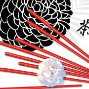 Rote Reisstäbchen und eine weiße Blume